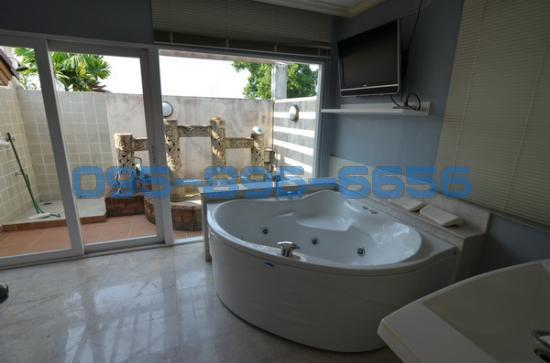 4 Bedroom Detached House in ,  ห้องน้ำ master bed 11947736