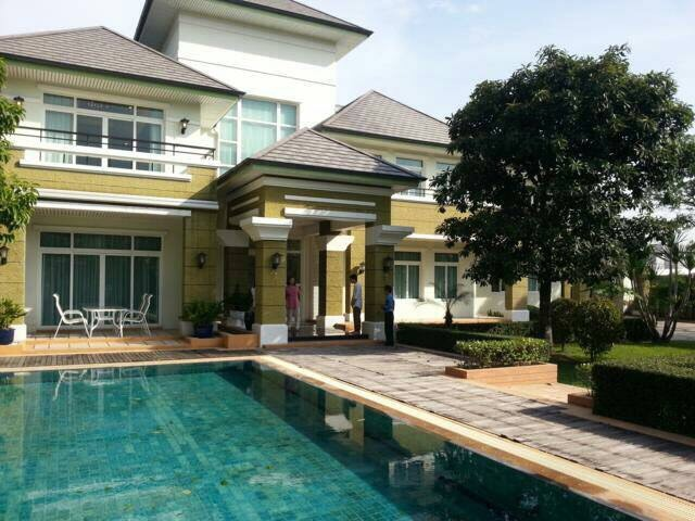 Single house with private swimming pool close to for Swimming pool close to house