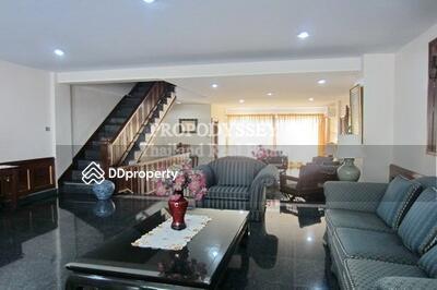 ให้เช่า - Spacious 3 bedrooms townhouse for rent at Sukhumvit