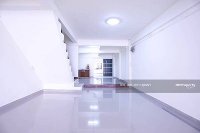 For Sale - PN086 Urgent sale, 3. 5 storey commercial building, Serithai Soi 9, only 5. 5 million baht