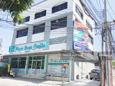For Rent - Rent a commercial building, walk to BTS Punnawithi 500 m. Sukhumvit 101 opposite lotus. Parking for many cars.