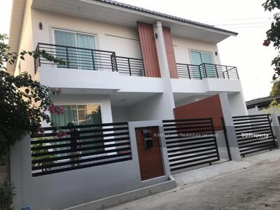 For Rent - express! Twin house, Soi Ratchada 42, 3 bedrooms, 2 bathrooms, usable area 105 sq m, area 27 sq m, 2 floors, rent 22000 baht @LINE: 0921807715 Khun Miu