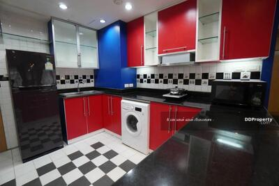 For Rent - ((For Rent)) The Royal Place 2, size 178 sq m, 3 bedrooms, furniture and appliances. Rental price is only 100, 000, ready to move in.