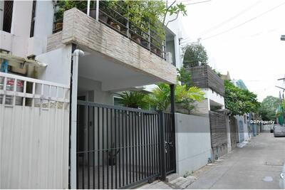 ขาย - For Sale with tenant Modern Townhome Ekkamai with small garden. BTS Ekamai Station. [920071001-8308