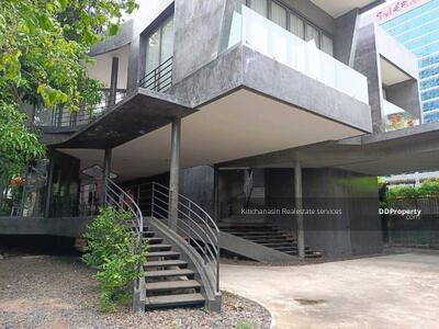 For Sale - To notify the KRE-X5732 code, single house in the heart of Soi Sukhumvit 26, 7 bedrooms, 5 bathrooms, use 1000 square meters, 2 floors, sold 180, 000, 000 baht **** If not calling the call 0962215326 Khun Omelet