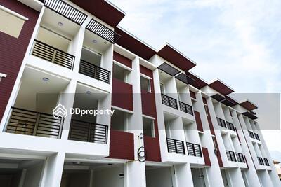 For Sale - ทาวน์โฮม 3 ชั้น  ทันสมัย บรรยากาศดี  ใช้วัสดุอุปกรณ์เกรดพรีเมียม  ใกล้เเหล่งชุมชน เเละศูนย์ราชการเชียงใหม่ โรงพยาบาลนครพิงศ์ ตลาดวัดบ้านท้อ  พร้อมเข้าอยู่ได้