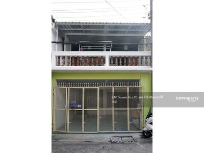 For Rent - Townhouse for rent in Huai Khwang area, 2 floors, 20 sq m, 3 bedrooms, 2 bathrooms, 4 air conditioners, partially furnished, 1 car park near MRT Huai Khwang, 800 meters, rent 18, 000 baht / month on Ratchadaphisex road.