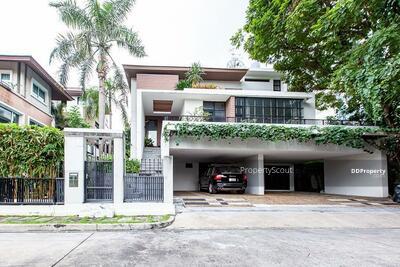 For Sale - Roomy 5-BR House near MRT Thailand Cultural Centre (ID 494707)
